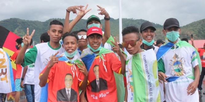 Young FRETILIN and CNRT supporters at the Lu-Olo rally, Tacitolu, Dili, March 17. Photo: Peter Murphy