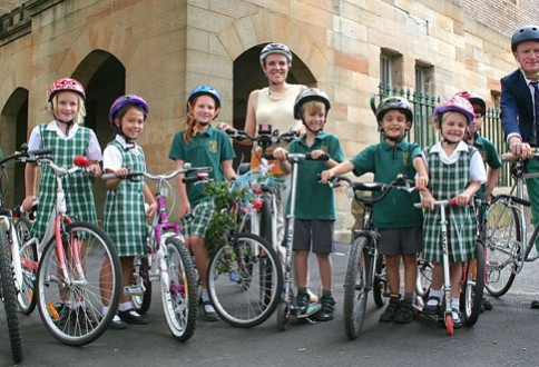 Tanya Plibersek and Principal Craig Nielsen with students of Crown Street Public School